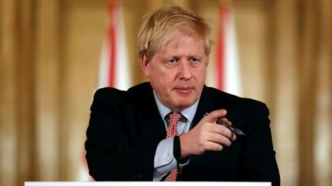 – Vi stenger ikke skolene nå. For den vitenskapelige anbefalingen er at det vil kunne føre til mer skade, sier Storbritannias statsminister Boris Johnson, som frykter at befolkningen skal gå lei av alle smitteverntiltakene for tidlig.