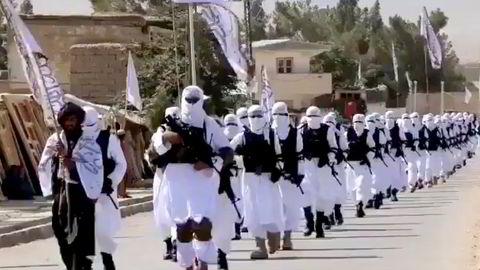 Talibankrigere marsjerer gjennom gatene i Qalat i Zabul-provinsen. «Vi kan håpe Taliban à la 2021 er «Nye Taliban». Men det er ikke lett å være optimist», skriver artikkelforfatteren.