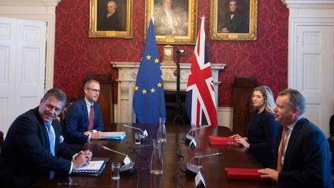 EUs sjefforhandler Maros Sefcovic (til venstre) og hans britiske motpart David Frost, rett før bruddet i forhandlingene i London onsdag. Bak deres respektive sekundanter.