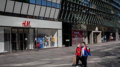 H&M har over 500 utsalg i Kina og har hatt høy vekst siden etableringen for nesten 15 år siden. Nå utsettes selskapet for en omfattende forbrukerboikott. Dette bilder er fra Beijing tidligere i mars.