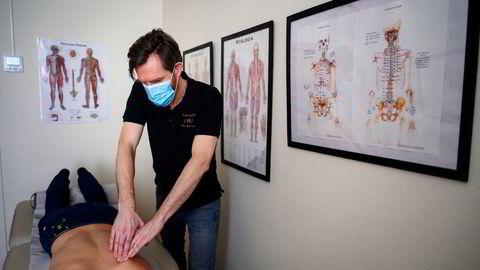 – Jeg har klart å beholde de fleste av Oslo-pasientene mine under pandemien, sier massasjeterapeut Tom Eikelind. Her fotografert i B.A klinikken, som er et av flere steder han behandler pasienter.