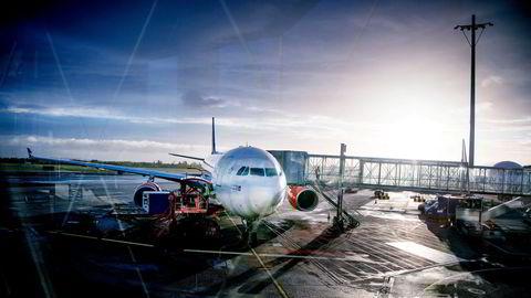 SAS har gjennom vinteren fløyet daglig fra Skandinavia til USA, men enn så lenge er det innreiseforbud for vanlige passasjerer uten spesiell tillatelse. Fra mai kan reglene mykes opp. Her er et av SAS' langdistansefly på Oslo lufthavn.