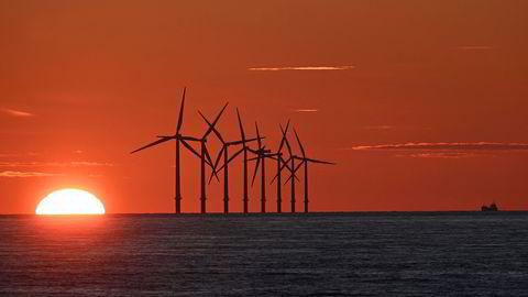 Oljeselskaper har økt investeringene i fornybare energiprosjekter kraftig i år. Det må større investeringer til hvis nullutslippsmålet skal nås, ifølge Det internasjonale energibyrået (IEA). Her fra Burbo Bank Offshore Wind Farm i Liverpool Bay i England.