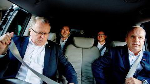 10. august 2020 ble Anders Opedal (t.h.) rikskjendis. Den ukjente ingeniøren fra Sauda gikk til topps i Norges største selskap. Tidligere Equinor-sjef Eldar Sætre til venstre, mens pressetalsmann Bård Glad Pedersen og rådgiver Glenn Eide sitter i baksetet.