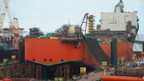 Equinor får pålegg av Petroleumstilsynet etter «alvorlige brudd» under byggingen av skroget til Johan Castberg-produksjonsskipet. Her er skipet på Sembcorp Marine-verftet i Singapore.