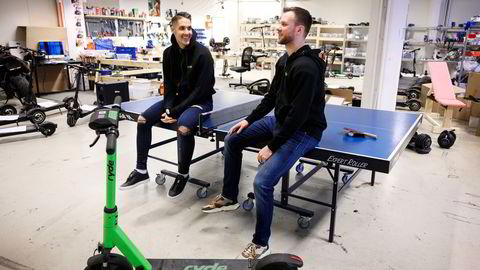 Ryde deler hovedkvarter med gründernes andre prosjekt Bydue as, som selger elsparkesykler til privatmarkedet. Johan Olovsson (til venstre) kom først i kontakt med medgründer Espen Rønneberg da han spilte bordtennis med broren hans.
