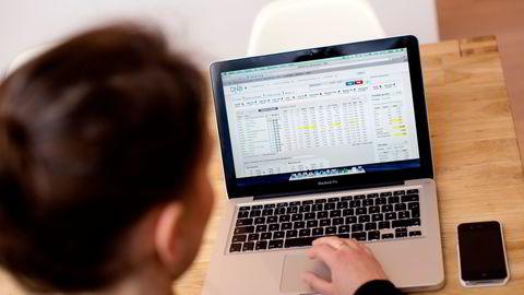 Her ser du en investor som handler aksjer i nettbanken sin.