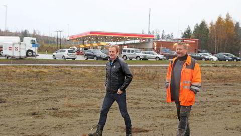 Bjørn Dæhlie (til venstre) og Ole Martin Almeli. Her i Dal i Viken i forbindelse med tomtekjøp i 2016.