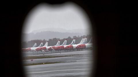 Norwegian-fly i opplag på Trondheim lufthavn Værnes. Rundt 50 av 140 fly i konsernet skal bli med videre i selskapet om domstolene sier ja til en ny forretningsplan og en løsning for å kutte gjelden.