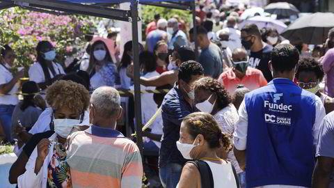 Vaksinekø Duque de Caxias nær Rio de Janeiro, Brasil. Verdens fattigste er rammet hardest av pandemien.