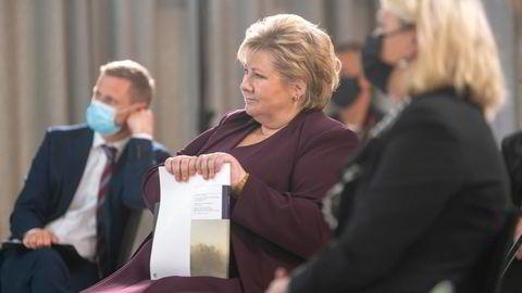 Statsminister Erna Solberg med sluttrapporten fra koronakommisjonen i går etter overrekkelsen.