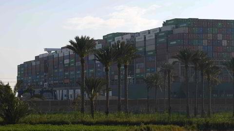 14 slepebåter forsøkte søndag forgjeves å få løs skipet MV «Ever Given» i Suez-kanalen. Nå er forsøket utsatt til mandag kveld.