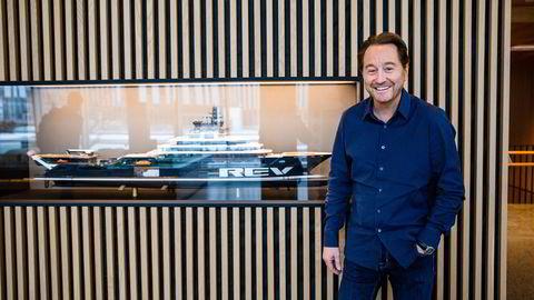 Kjell Inge Røkke er klar for ny storsatsing, på programvareselskaper. Her fotografert på Akers hovedkontor på Fornebu foran forskningsskipet «Rev Ocean».