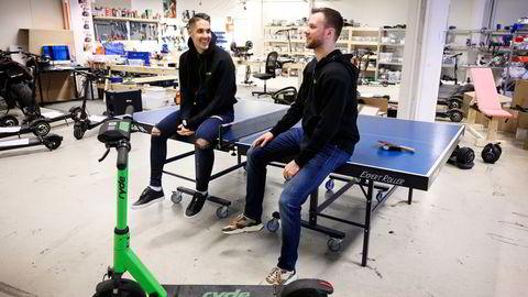 Ryde deler hovedkvarter med gründernes andre prosjekt Bydue as, som selger elsparkesykler til privatmarkedet. Johan Olovsson (venstre) kom først i kontakt med medgründer Espen Rønneberg da han spilte bordtennis med broren hans.