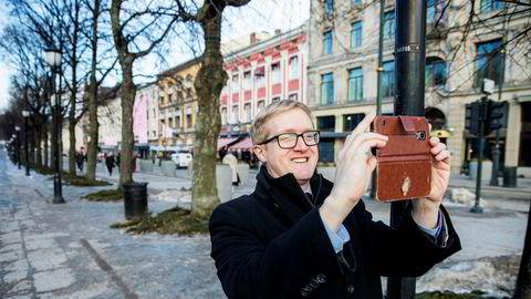 Kredittstrateg Colin Ellis i kredittvurderingbyrået Moody's tar bilder på Karl Johans gate slik at datteren kan se hvor han vært.