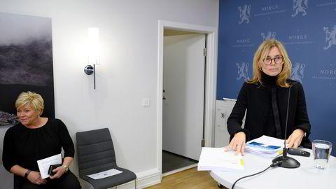Karen Helene Ulltveit-Moe (til høyre) presenterte utredningen om lakseskatt for finansminister Siv Jensen mandag morgen.
