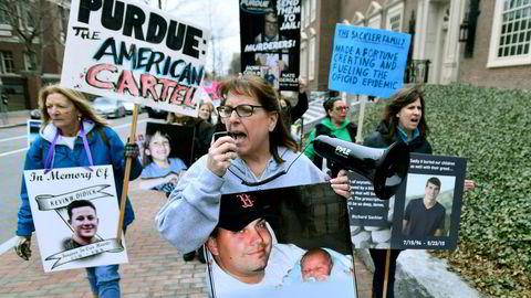 Demonstranter utenfor Arthur M. Sackler-museet ved Harvard-universitetet krever at Sackler-navnet fjernes fra bygningen, fordi de har mistet slektninger som følge av familiebedriftens ukritiske salg av opioider.