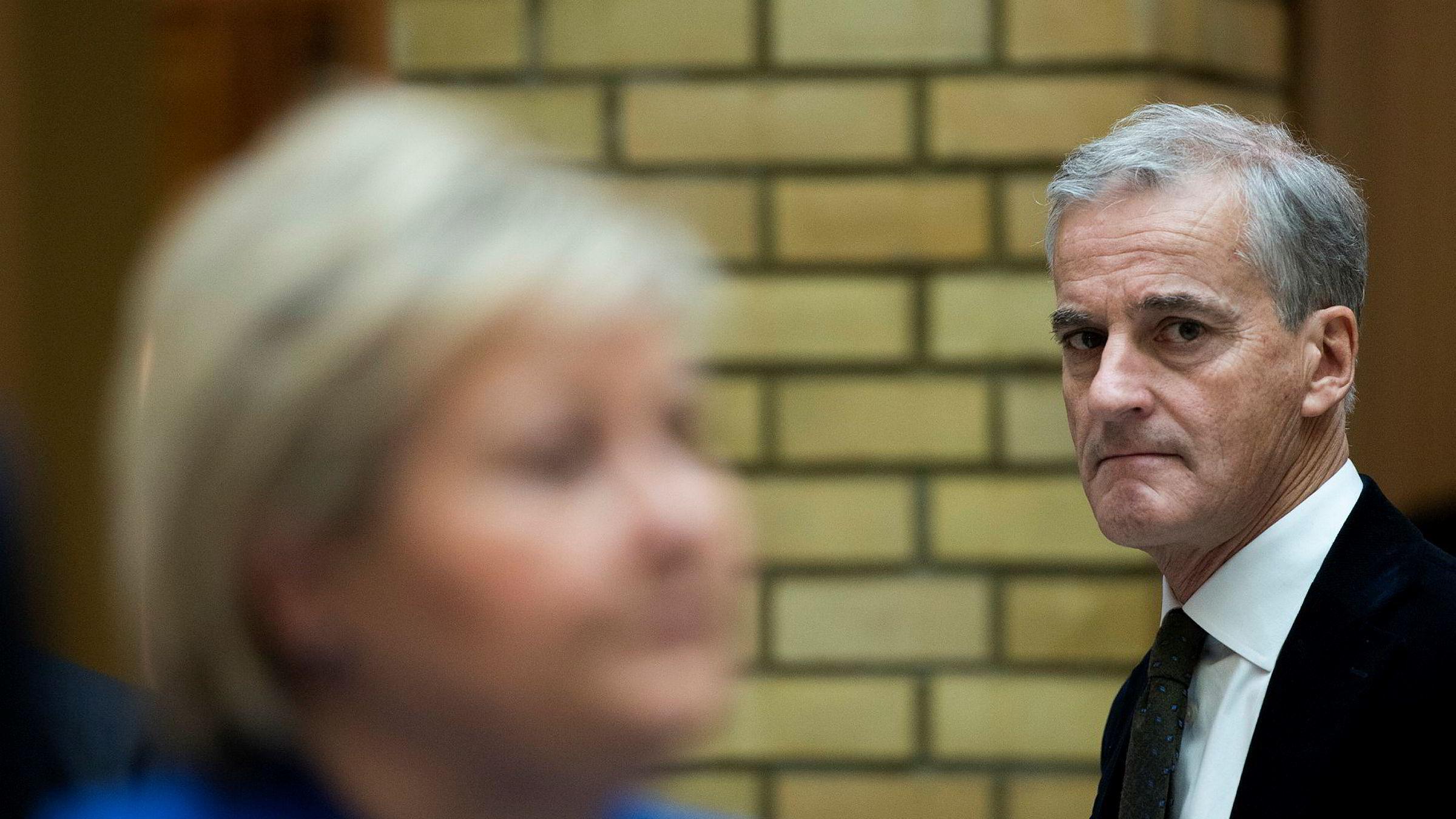 Ap-leder Jonas Gahr Støre mener at Oljefondet er et politisk redskap, og at det må tenkes nytt om hvordan fondet skal investere i en verden med klimakrise. Statsminister Erna Solberg (H) er uenig i at det er et «politisk redskap».