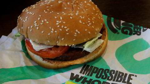 En Burger King-kunde saksøker hamburgerkjeden for å steke den plantebaserte Impossible Whopper på samme grill som tradisjonelle burgere. Arkivfoto: Ben Margot / AP / NTB scanpix