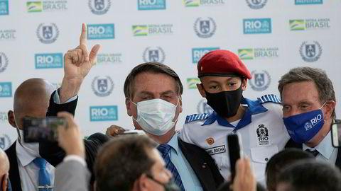 Brasils president Jair Bolsonaro har blitt presset til å bruke maske. Her fra åpningen av en militærskole i Rio de Janeiro rett før helgen.
