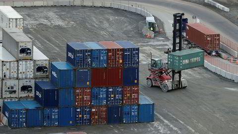 En container blir losset på havnen i Lyttelton i New Zealand. Landets brutto nasjonalprodukt krympet med 12,2 prosent i årets andre kvartal – den største nedgangen som er blitt registrert noen gang.