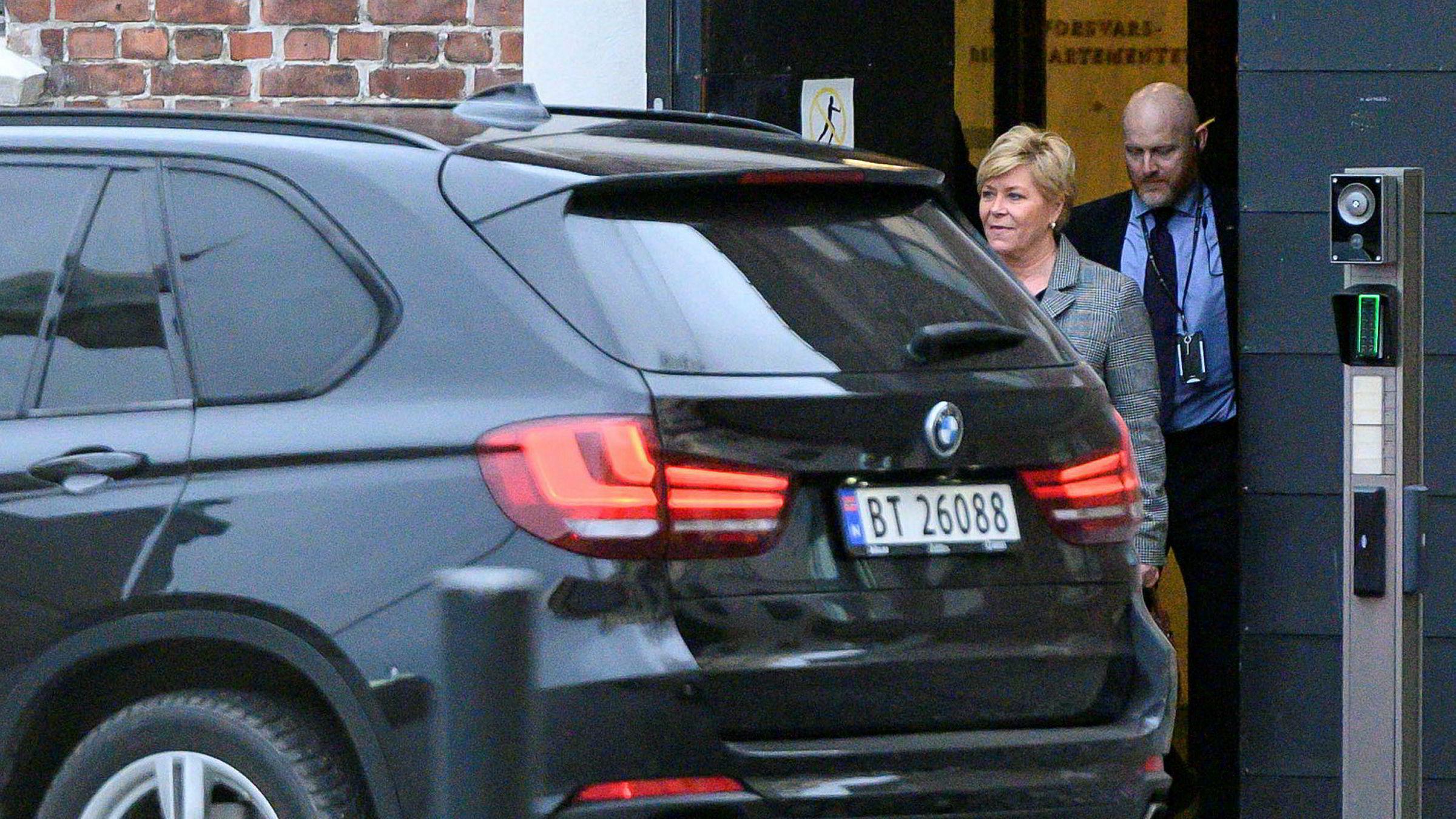 Etter rundt en time kom Siv Jensen ut fra møtet hos Erna Solberg.