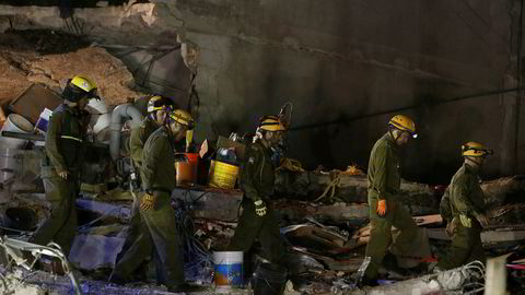 Israelske hjelpemannskaper leter etter overlevende etter en kollapset bygning i Mexico City, som en følge av etterskjelvet lørdag.