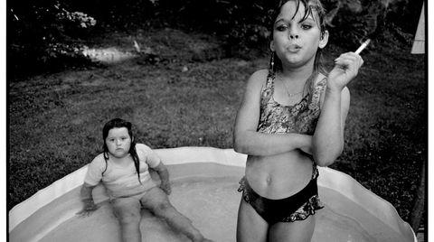 Amanda. Mary Ellen Mark var en anerkjent historieforteller, innenfor det tradisjonelle dokumentarfotografiet, og fortalte stort sett historiene sine i svart-hvitt. Bildet av en røykende Amanda på ni år, og kusinen, i et plaskebasseng i Nord-Carolina, er kanskje et av hennes mest berømte.