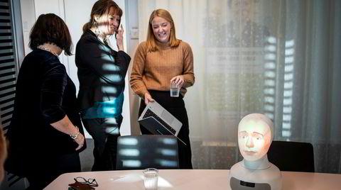Åsa Edman Källströmer, administrerende direktør (til venstre), Charlotte Ulvros og Sinisa Strabac, robottrener hos TNG. Roboten Tengai gjør intervjuer for rekrutteringsfirmaet TNG. Roboten skal gjør det mulig å gjennomføre intervjuer uten annen påvirkning enn kandidatens kvalifikasjoner.