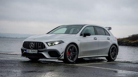 Med tilsvarende grill som AMG GT-modellene, røde bremser og en gigantisk takspoiler er det lett å se at Mercedes-AMG A 45 S har skumle hensikter.