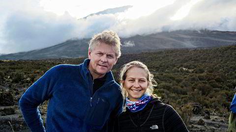 Turens andre dag, og toppen av Kilimanjaro kan så vidt skimtes bak Atle Sigmundstad og datteren Tuva. Kort tid etterpå forteller han at han er blitt syk.