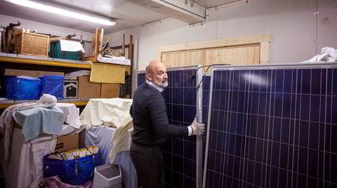 På et lager i Oslo står minnene av det det som skulle bli et milliardeventyr innen solkraft. Christian Hagemann, COO i EAM Solar, kan bare konstatere at solen ikke skinner på panelene, som skulle stått i Italia.