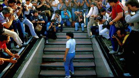Fanget i flomlyset. Diego Maradona møter sin nye klubb Napoli i juli 1984. Scene fra Asif Kapadias film «Maradona».