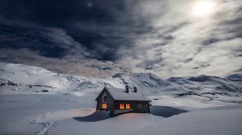 Den norske hyttedrømmen: Skikkelig vinterstemning, månelyst og langt til naboen. Dette er Den norske turistforenings hytte i Bergsdalen mellom Bergen og Voss.