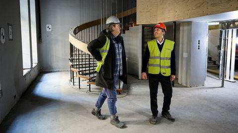 Peter T. Malling jr. (med rød hjelm) og Thomas Ness fra Radius Design forteller om planene for Telegrafbygningen i Kvadraturen.