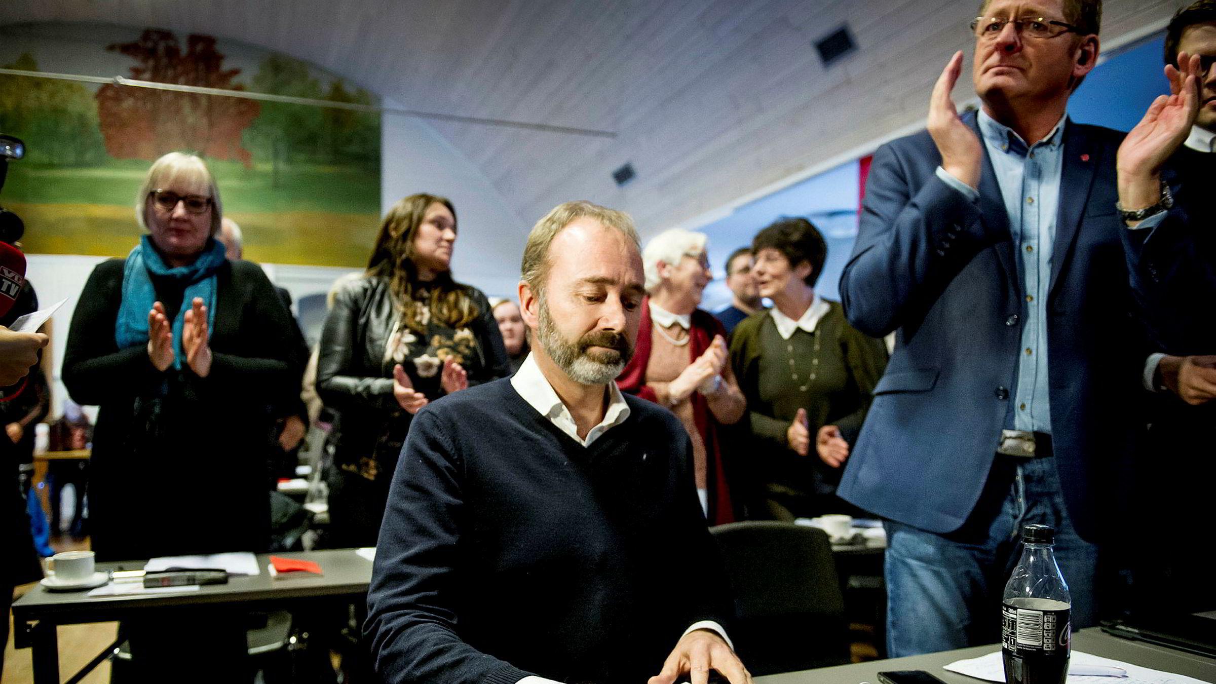 Giske var tydelig preget under møtet. Kompisen og stortingsrepresentanten Jorodd Asphjell klapper ved siden av.