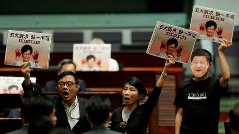 Hongkongs leder Carrie Lam forlot møtet i den lovgivende forsamling fordi hun ble ropt til mens hun talte.