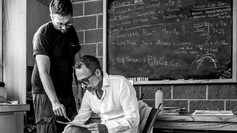 Gabriele Graia og Piero Incisa della Rocchetta (til høyre) i laboratoriet på Bodega Chacra. Rocchetta kommer fra en privilegert bakgrunn og kunne gjøre som han ville. En alvorlig ulykke fikk ham til å tenke helt nytt om vinmakeri.