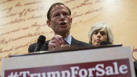 Senator Richard Blumenthal reagerer sterkt på nye og lekkede opplysninger om at USAs handelsminister Wilbur Ross har investeringer i selskaper med Russland-forbindelser. På bildet snakker Blumenthal under en pressekonferanse på Capitol Hill i Washington i sommer.