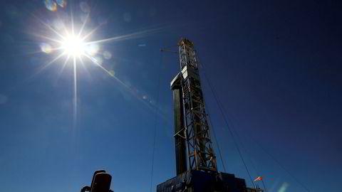 Oljeprisen faller markant mandag. Her ses en borerigg i Vaca Muerta-formasjonen i Argentina.