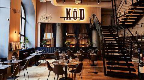 Interiøret på Köd er påkostet og fint, men ganske sjelløst. Den kraftige belysningen bak det grelle logoskiltet ble heldigvis slått av i løpet av måltidet.