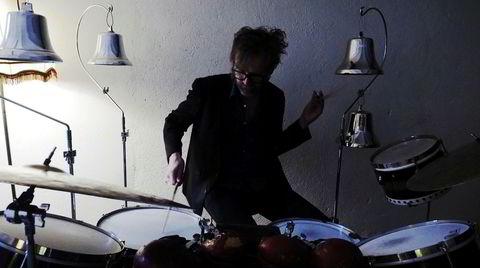 Erland Dahlen har spilt trommer med Nils Petter Molvær, Odd Nordstoga, Anne Grete Preus og Madrugada, men her er han helt på egen hånd.