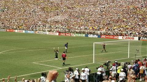 Alene igjen. Rose Bowl i Pasadena, juli 1994. Italienske Roberto Baggio har skutt den avgjørende straffen mot Brasil over mål og målvakten Taffarel leker deilig.