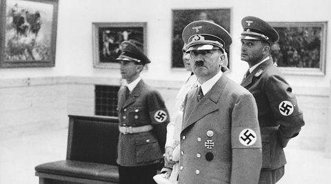 Adolf Hitler var selv landskapsmaler, men han likte ikke det han mente var «degenerert kunst». Derfor beslagla og plyndret hans naziregime kunst over store deler av Europa. I dag skaper nazistenes kunstraid problemer for kunstsamlere over hele verden. Ett Munch-maleri det kan bli vanskelig å få solgt på grunn av store hull i eierskapshistorikken i naziperioden, har stått bortgjemt på et tollager i Oslo i 13 år. Til venstre for Adolf Hitler på bildet, som er tatt på åpningen av Großen Deutschen Kunstausstellung i München i 1939, står propagandaminister Joseph Goebbels.