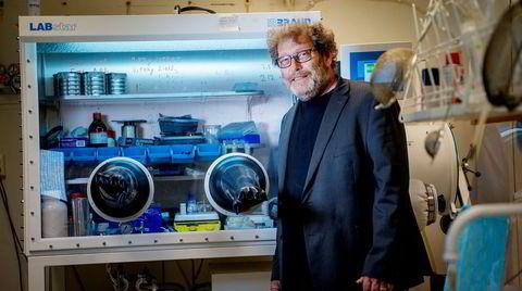 – Batterier er ekstremt viktige for at vi skal greie målene i Parisavtalen, sier Bellona-leder Frederic Hauge. Her er han på et laboratorium på Sintef i Oslo der de utvikler nye bilbatterier.