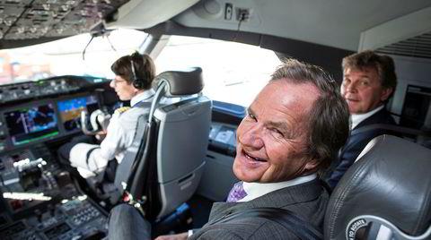 Norwegian-gründerne Bjørn Kjos og Bjørn H. Kise (bak til høyre) har hatt full kontroll over både selskapets styre og ledelse – og kraftige vekst. Her på besøk i cockpit på langdistanseflyet Boeing 787 Dreamliner i mai 2012, ett år før Norwegian fikk levert flyet.