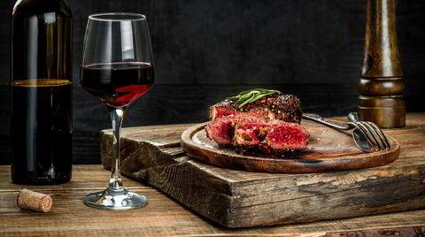 «Enkelt» er stikkordet når du planlegger grillmåltidene. Rene og gode råvarer, servert med enkelt tilbehør og til kjøtt; en rødvin med frisk og god fruktsødme, kombinert med modne eller lette tanniner.