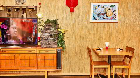 Klasserom med asiakitsch: En kombinasjon av gamle skolestoler og bling fra Sør-øst-asia setter stemningen for et uformelt måltid på The Golden Chimp.