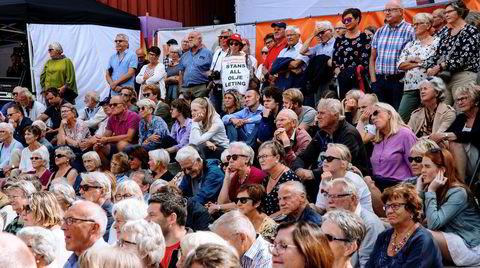 Publikum følger med på åpningsseremonien på Arendalsuka.