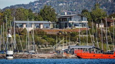 Fra Oslofjorden er kun to etasjer av Spetalens villa synlig. Tre etasjer er bygget helt eller delvis under bakken.